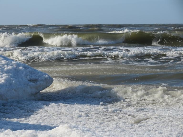5.02. Jūra bangaina, krasta malā sniegs ar ledu, tālāk kustīga sniega putra, ūdens.