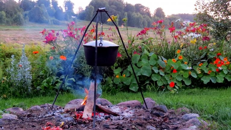 Baudu vakaru pie ugunskura un siltas zupas katla, pēc saulrieta vēl jūt vēsumu, jāmeklē siltāka jaka.
