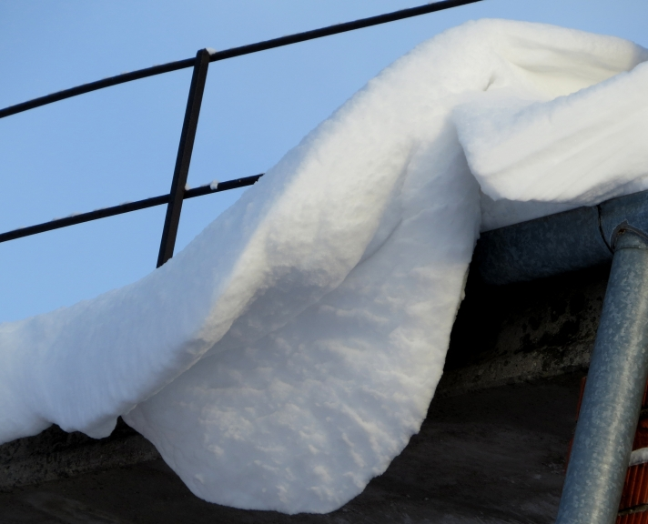 Uz māju korēm nelielas sniega pārkares vēl no iepriekšējā putenīša.