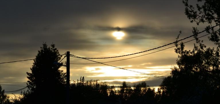 """Toties debesis šajā laikā dažbrīd pat pārspēj augu valsti - šeit 15. maija vakarā saule uz brīdi spēlē """"citplanētiešus""""."""
