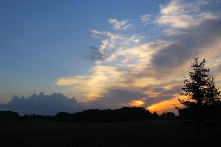 22. maijs - Mierīgs saules riets - tiesa gan- saule iegrimst mākoņos.