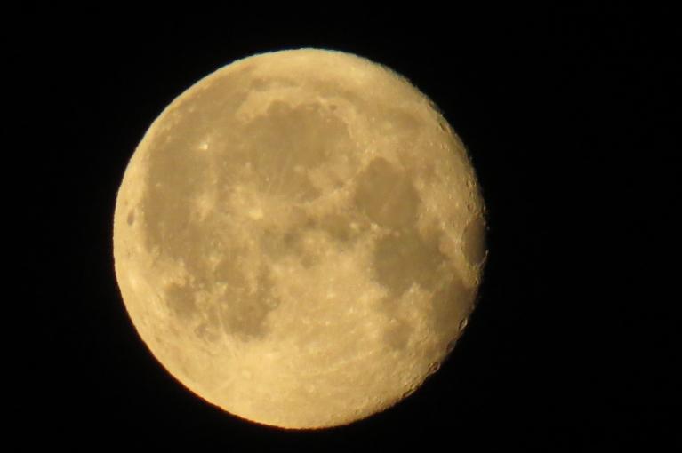 Gaismiņai svīstot mēness krāsa klūst dzeltenāka.