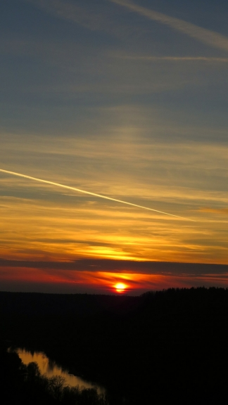 Saules rietu noskatos Siguldā, Gaujas krastā. Vērojams neizteikts pīlārs, ko savās fotogrāfijās piefiksējis arī Muntis.