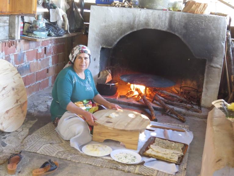 Katrā mājā ir lauku virtuve, kurā uz sakarsētās metāla virsmas tiek ceptas viņu tradicionālās pankūkveidīgās maizes.