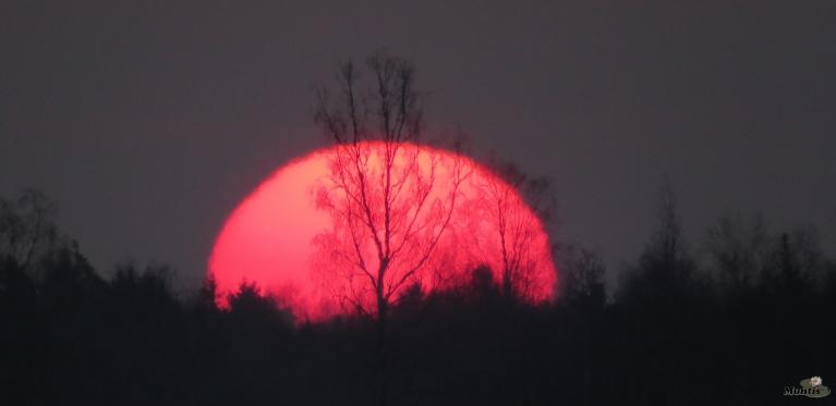 2. Lieldienas atnāk ar asins sarkanu saullēktu.