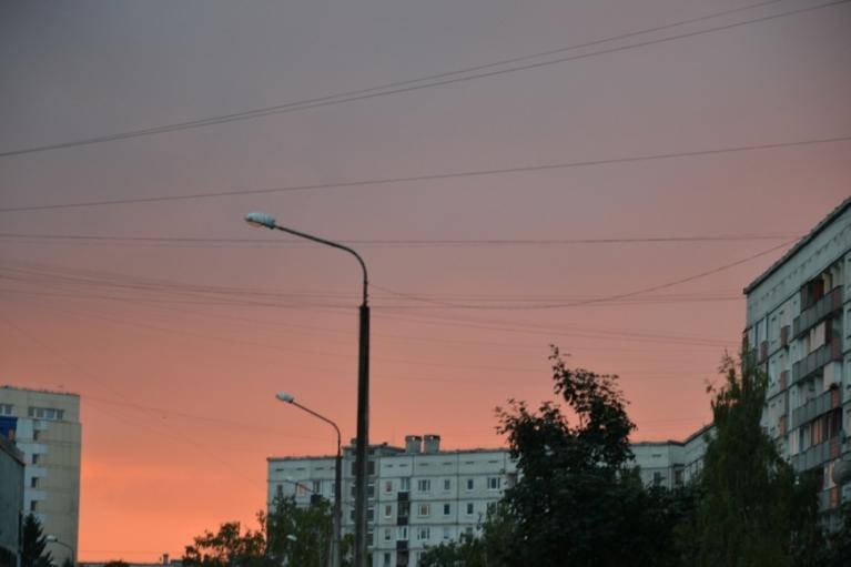 Miķeļdienas vakara liesmojošās debesis starp Zolitūdes namiem. Šī kadra uzņemšanas laikā jau sāka līt (atkal)...
