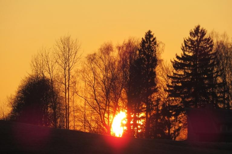 Līdz ar saulrietu t nokrīt uz nulli.