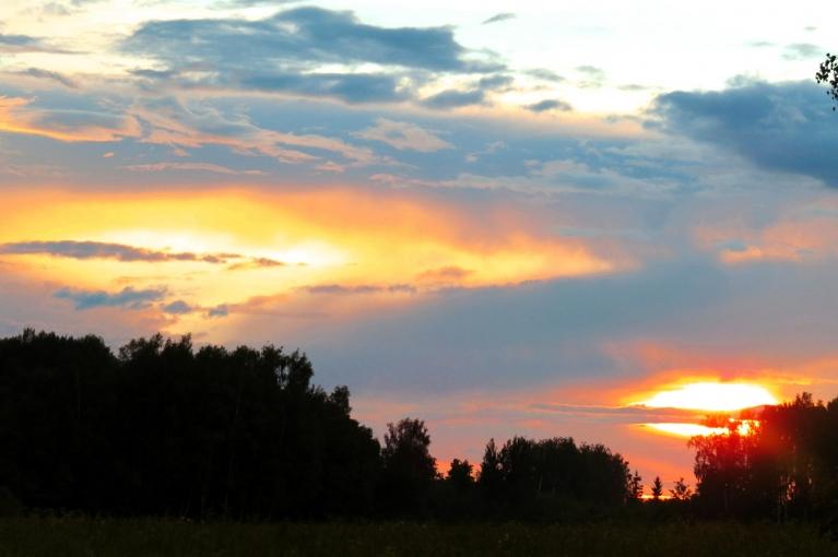 Īsu mirkli pirms saulrieta parādās zilas debess gabaliņi.