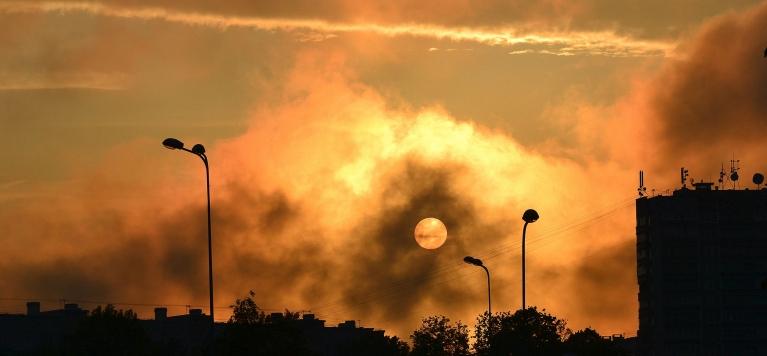 """26. maijā Zolitūdē pēc lietainas un pelēkas dienas pirms saulrieta izlien saule un sāk """"spokoties""""."""