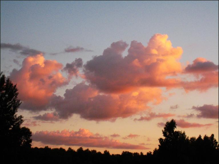 Ap 22.30 pēdējie saules stari apzeltīja mākoņus...