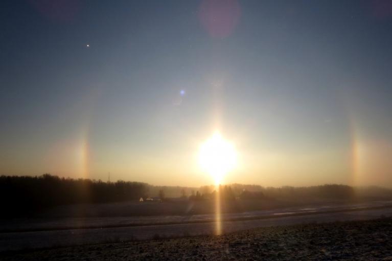 16. janvāra rīts, krīt gandrīz caurspīdīgas sniegpārsliņas, kas rada interesantu optisku parādību - halo (paldies orkānam par precizējumu)
