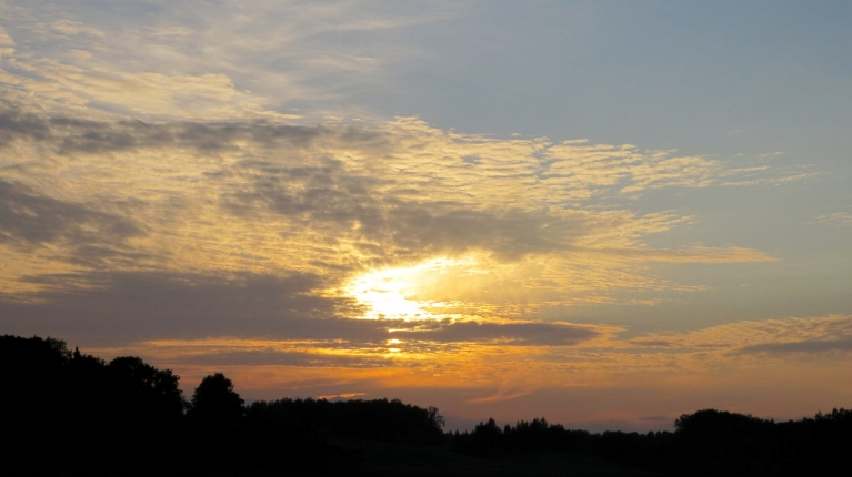 Septiņos vakarā šķita, ka saule no mākoņiem neizlīdīs.