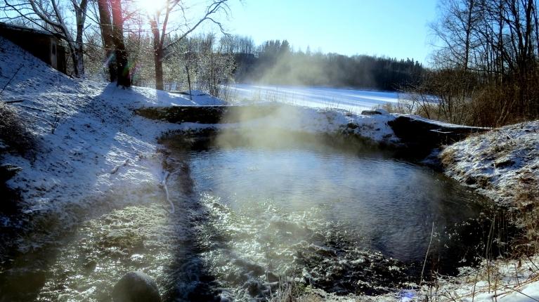 No avota plūstošā ūdens siltums veido nelielu migliņu.