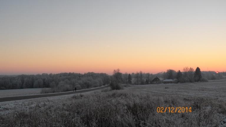 Saulrietā (ezers kreisajā pusē)