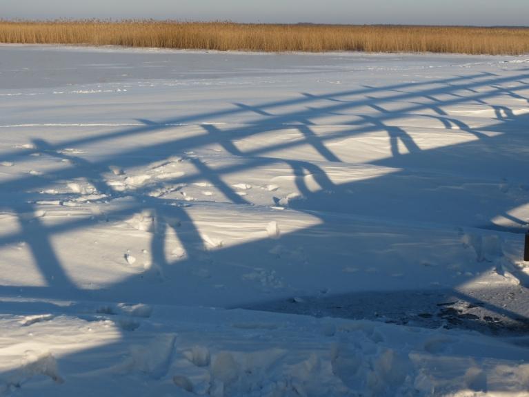 Pēdējās dienās spēcīgais vējš sapūtis sniega veidojumus - kur laipai pāļi, tur sniega nav, starp tiem sapūstas kupenas
