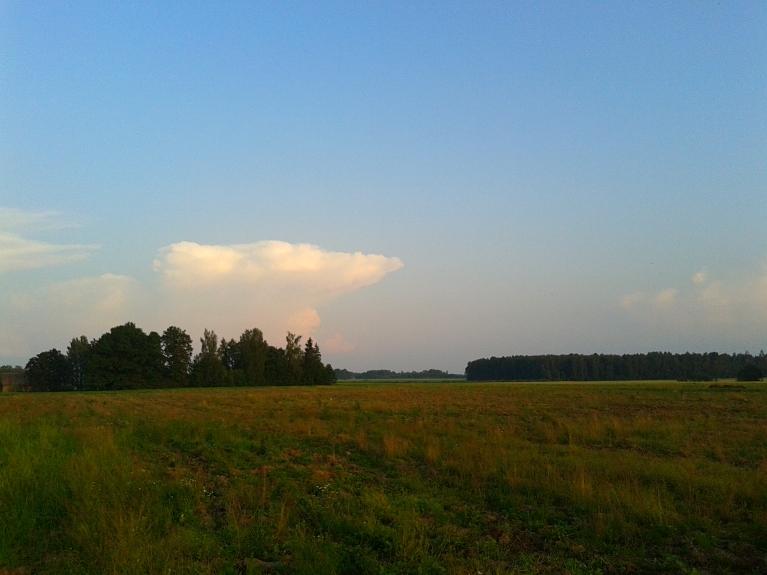 Plkst. 21:00 jauni negaisa mākoņi staigā pa DA pamali un dodas A virzienā.