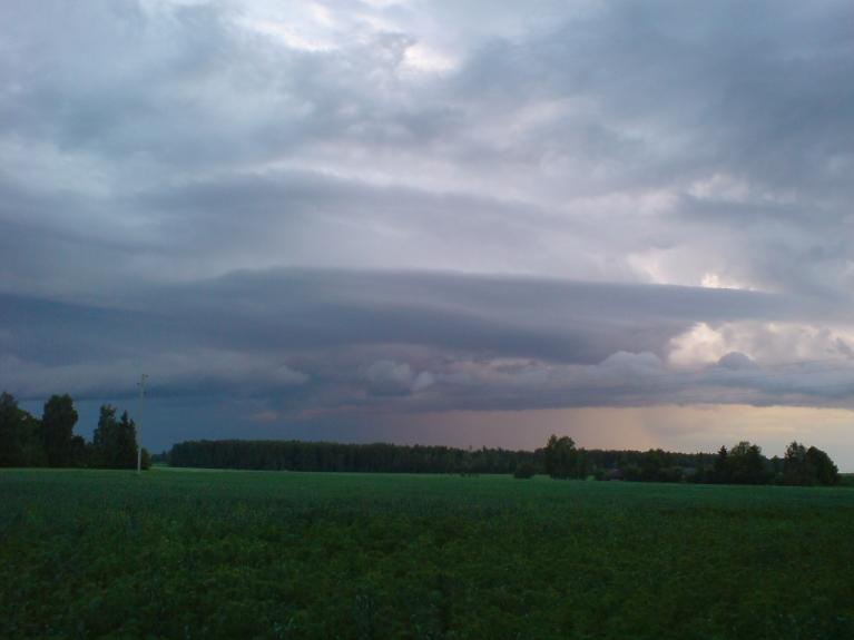 Autors: Weatherman. Garām skrienošie negaisa mākoņi 30.maijā. Vakarā ap plkst 21:00 nāca kas sienas mākonim līdzīgs.