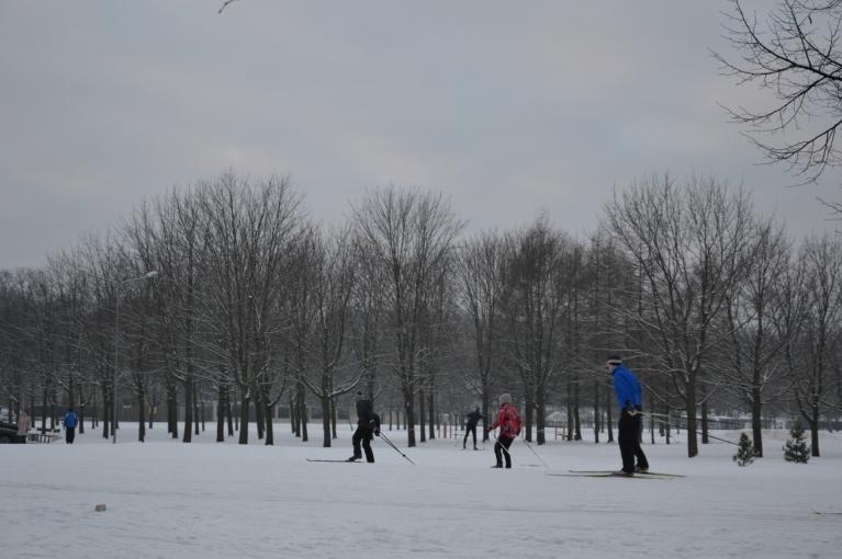 Uz brīdi iemaldos arī Uzvaras parkā, kur ziemas prieki rit pilnā sparā.