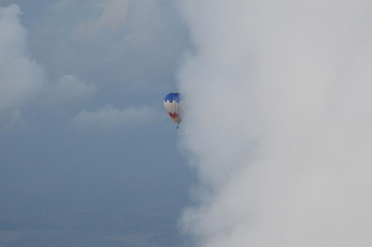 Cits balons arī laižas augšā meklēt sauli. :)
