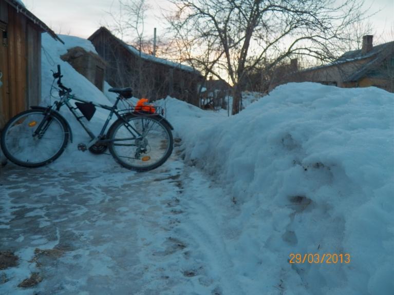 29. martā pirms Lielajiem sniegaplūdiem izdevās atklāt velosezonu (foto Viļakā). Patiesībā šoseja jau labu laiciņu bija brīva no sniega un ledus. Nu jā, bet šodien gan nācās atgriezties ar autobusu :(