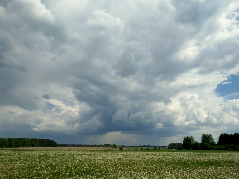 25. maija lietus mākoņi Allažu centram atnes nelielu lietutiņu.