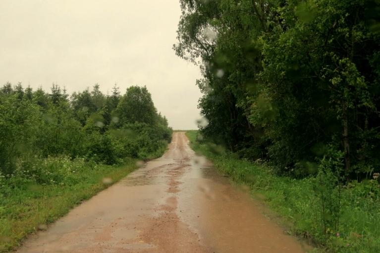 Grants seguma ceļi - kā agrā pavasarī, vietām sāk izskaloties.
