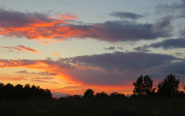 Krāsainais saulesriets liek domāt par nākošas dienas vējiem.