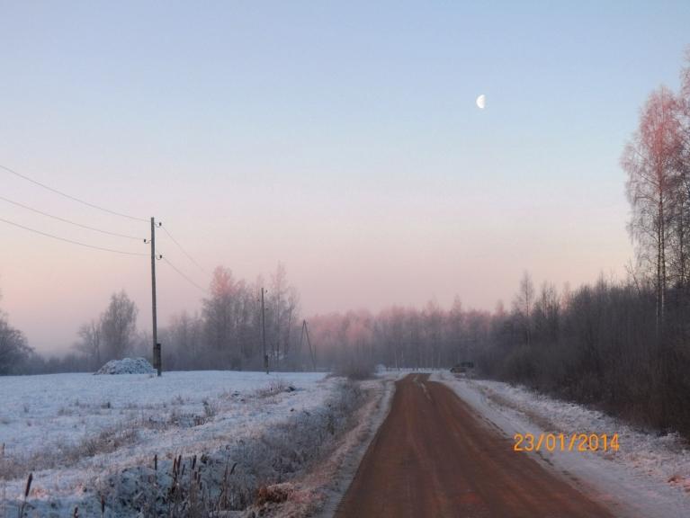 Ceturtdienas rīts kaut kur starp Gruzdovu un Klāniem. Saules stabs - pa kreisi. Migla atsevišķās vietās.
