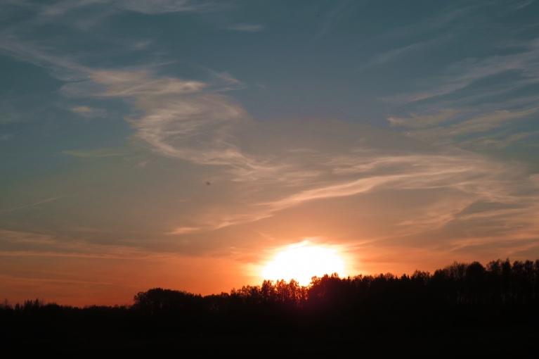 Riet saule,  kāda būs nakts?