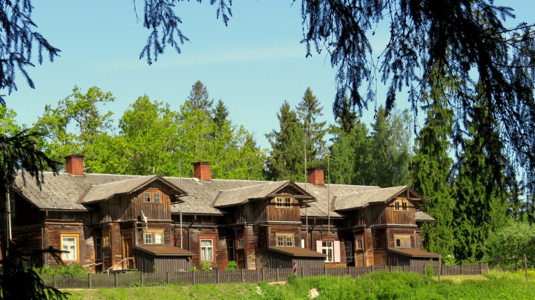 Līgatnes papīrfabrikas ciemata strādniekiem celtie koka namiņi- valsts nozīmes pilsētbūvniecības piemineklis.