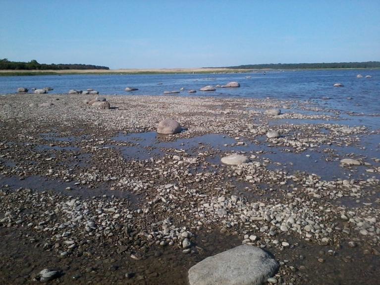 Pa kreisi Vahase sala, pa labi Abruka, jūras šaurums starp tām pārbrienams kājām.