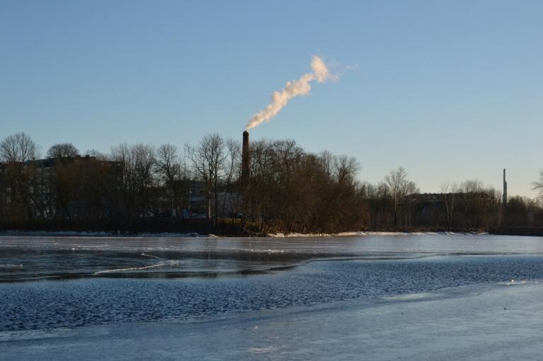 Vēlākā pēcpusdienā mans ceļš ved uz Daugavas pusi, kur atkal atklājas nedaudz ziemīgāks skats. Pie Klīversalas ledus sega Daugavā tikai vietām vēja dēļ ir nepilnīga, bet tālāk Āgenskalna līcī ledus ir tik biezs un gluds, ka uz tā var pat slidot...