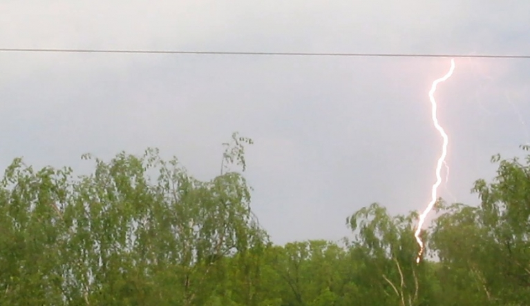 Lai gan aprīļa otrā puse un maija sākums bija tīri sauss, tomēr maijā sākās arī negaisi. Šis zibens iemedīts 19.5.14. no rīta Rīgas Z daļā.