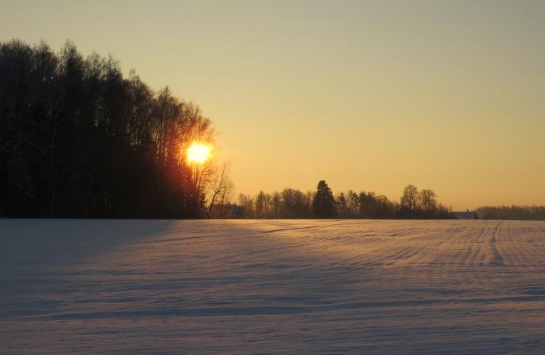 7. janvāra nakts vēl mākoņos, bet uz saullēktu jau skaidrs. Fotogrāfēšanas brīdī mašīnas t rāda -18,9.
