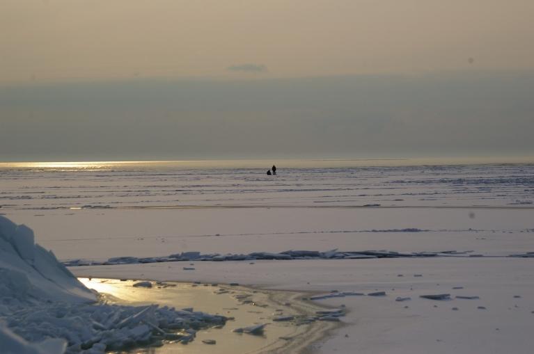 Autors: Mulkari. Lieldienas, 30.03. Laikam zivis labi ķerās? Par pavasari liecina vien tikai dienas garums. Mežos dziļi sniegi un jūrā piekrastē vēl biezs ledus.
