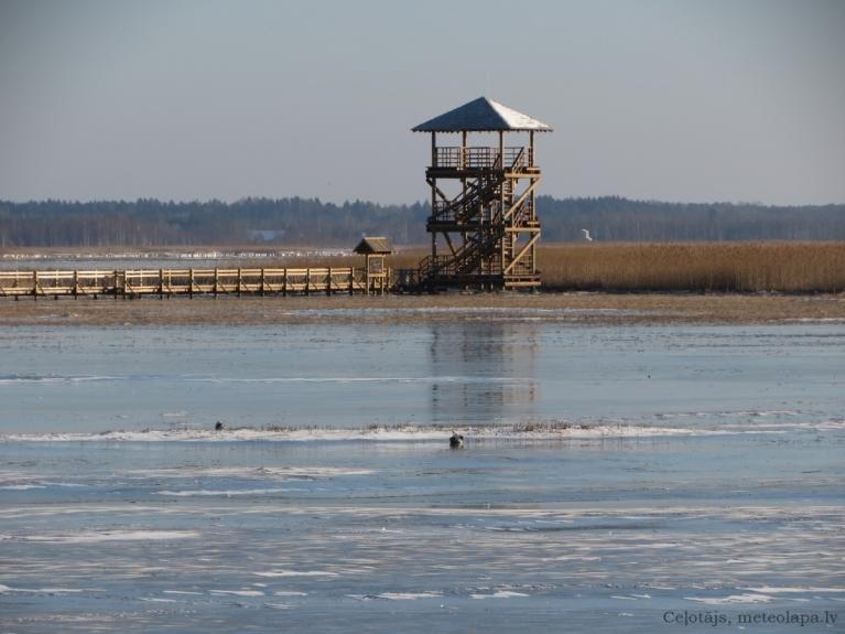 Liepājas ezers, 18.01. Priekšpusē spožs ledus, ko daži izmantoja slidošanai