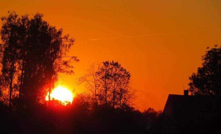 Saules riets skaidrās debesīs - aukstas nakts priekšvēstnesis.