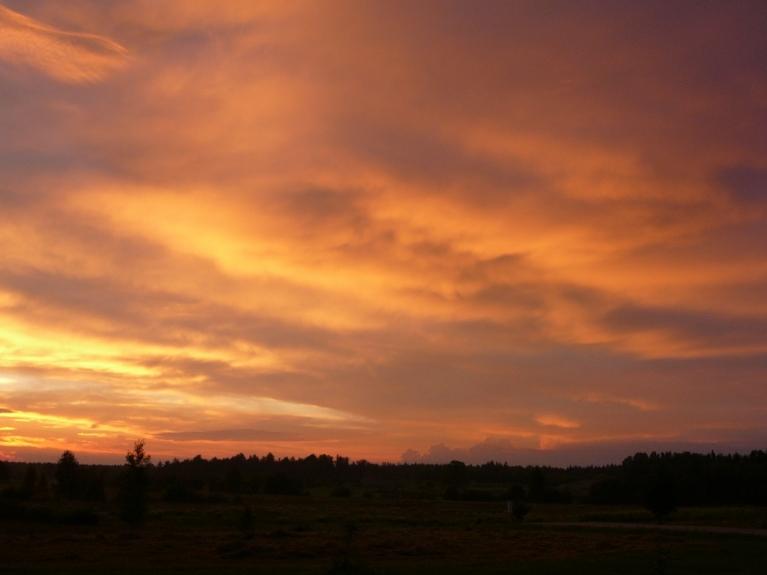 Saule norietēja aizejošajos mākoņos, strauji palika vēss.