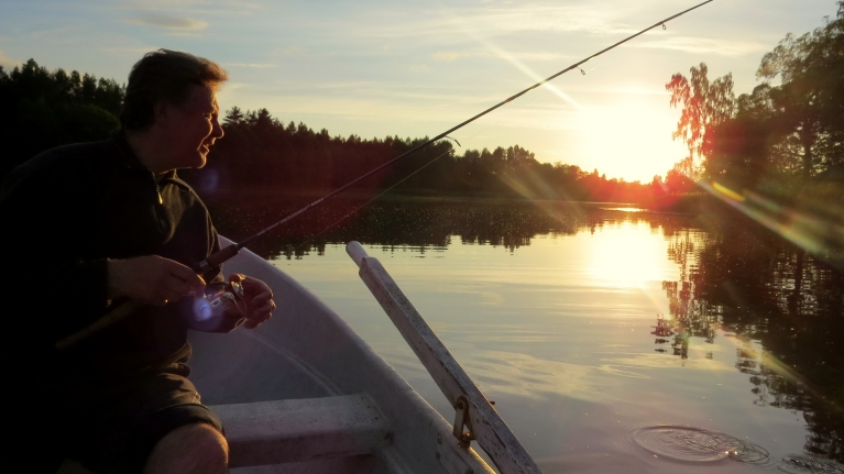 Priecājos, kad vakarā tieku atpūtā pie neliela ezeriņa apmēram 25 km attālumā no Utenas. Silts vakars, makšķere un simpātiskas laivenieks...kas var būt labāks par šo!,