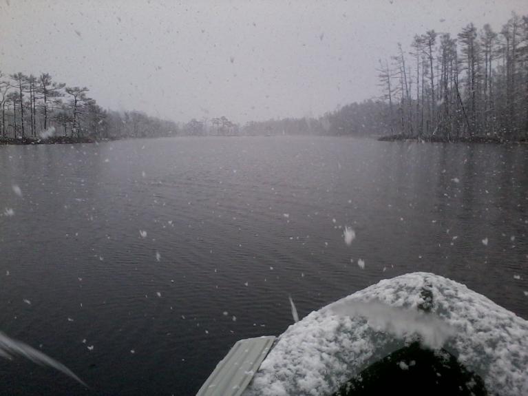 Snigšanas laikā iznāca arī laivā izbraukāt Skaista ezeru.