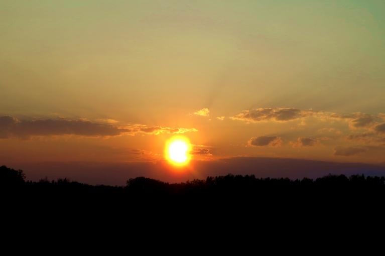 Saule slīd uz rietu, astoņos vakarā vēl +17,5.