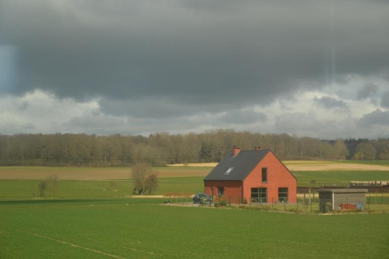 21. marts. Izbrauciens uz Volāniju (Beļģijas D). Pa ceļam caur vilciena logu var vērot lauku ainavas, kuru Beļģijā nemaz nav tik daudz.