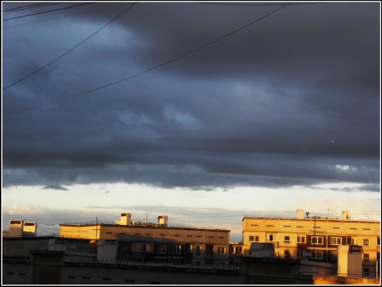 Vakarā mākoņi beidzot atnāk, tomēr nokrišnus, kur nu vel negaisu nenes...