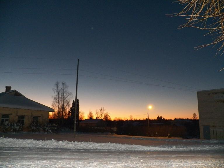 18. decembra rīts. -19*, tuvojas saullēkts, redzama Venēra un degoša spuldze
