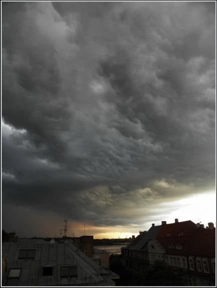 Maijs. Skaists vakara negaiss nāk virsū...