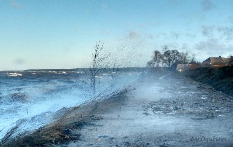 Jūra skalojas pāri ceļam. Veczemju klintis, 7. decembris