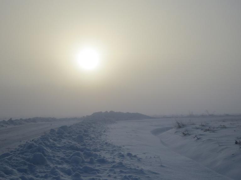 Saule ilgi nevarēja izlīst no biezās dūmakas