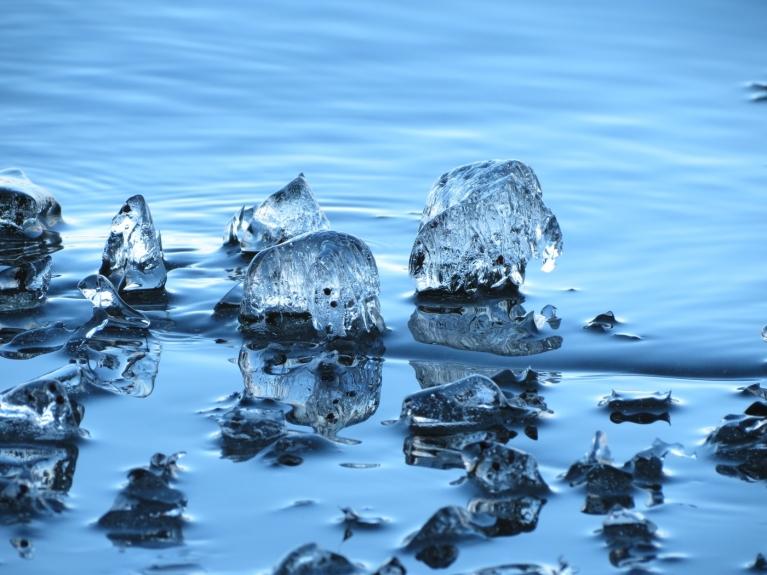 Mēneša sākumā pie ūdenstilpnēm bija redzamas krāšņas ledus formas