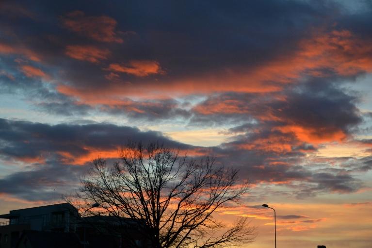 """Atbarucot uz Zolitūdi, tās pašas dienas vakarā kā punkts uz """"i"""" - zemenīgās saulrieta debesis..."""