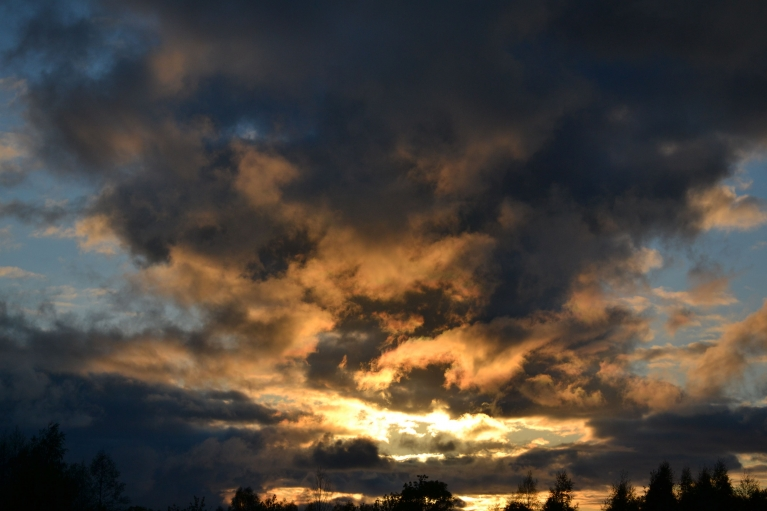 18. maija vakara saulrietā debesīs atkal notiek krāsu spēles,...